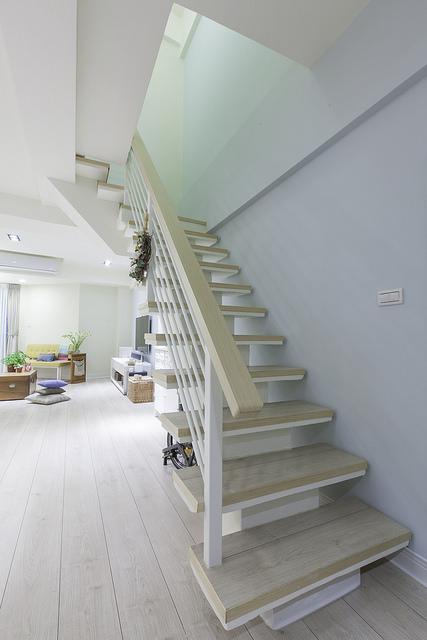 楼梯踏板也可以用超耐磨地板 木工木皮封边收尾再做上木制扶手