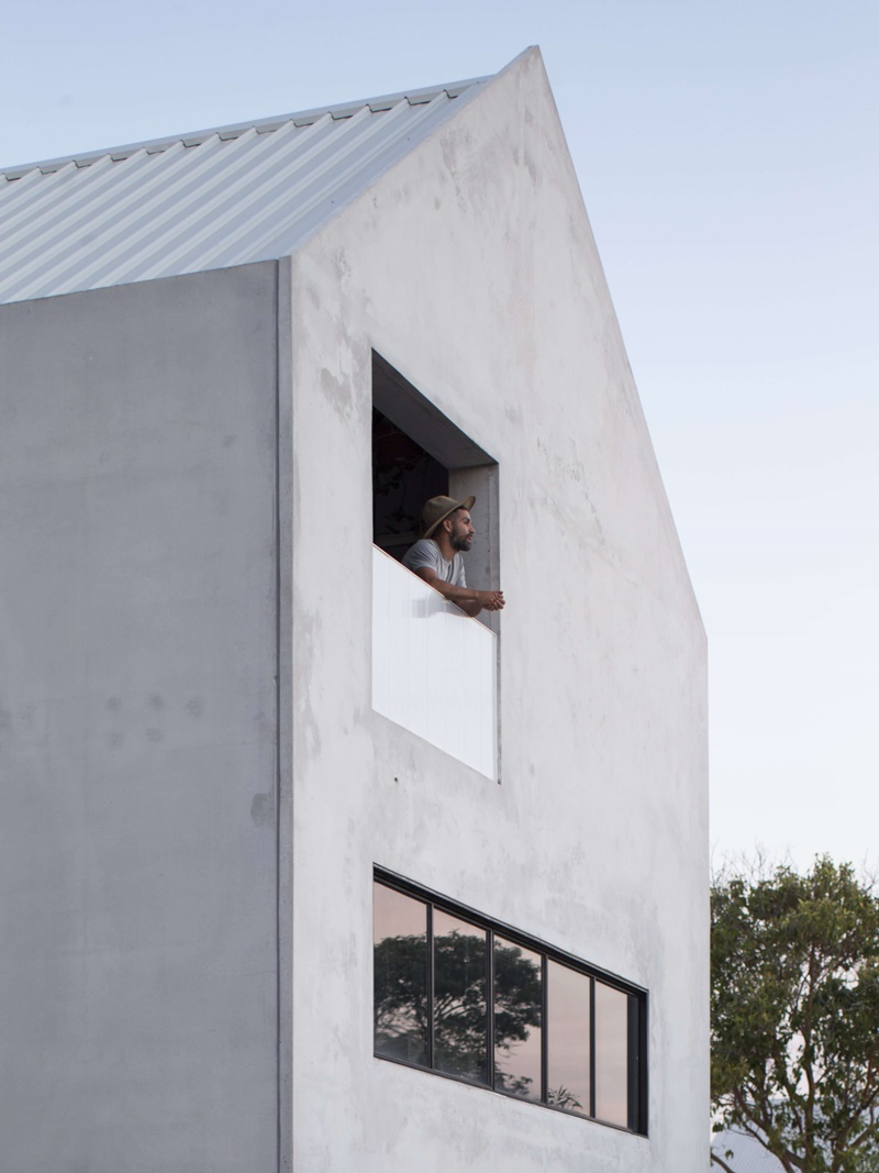 01-This-house-features-much-raw-and-undone-decorboth-inside-and-outside-which-makes-it-airy-and-welcoming.jpg