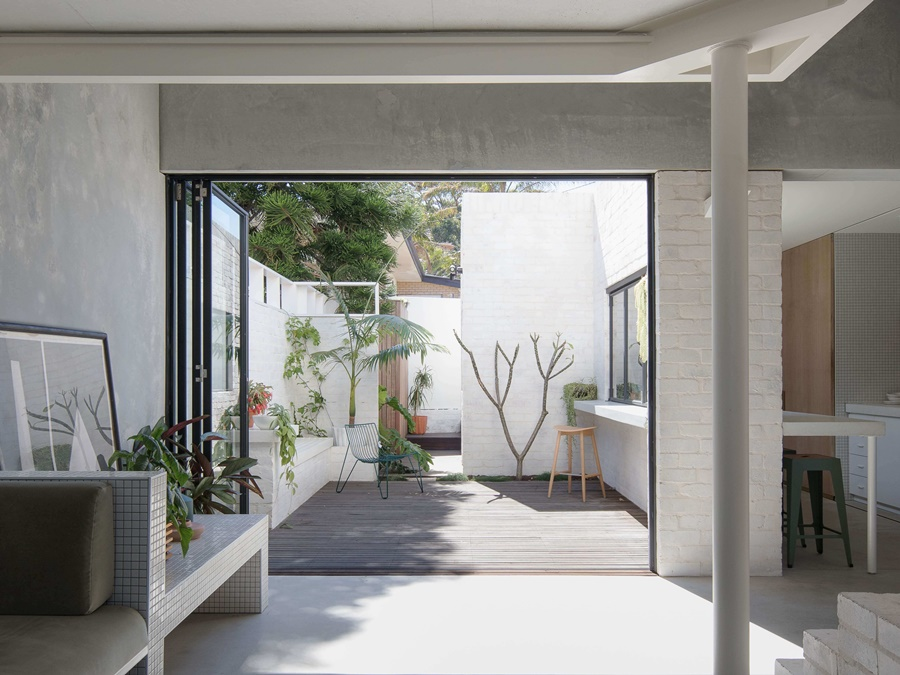 05-The-spaces-are-opened-to-a-private-courtyard-with-a-folding-door-and-they-merge-in-one-when-the-door-is-opened.jpg