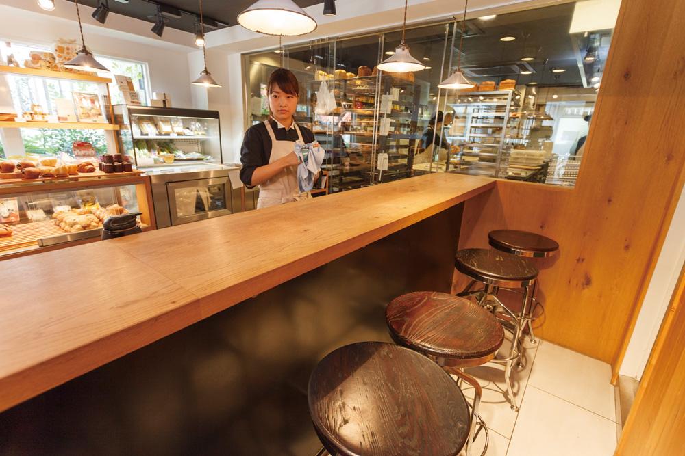 6席內用區,除了三明治和咖啡之外,還能享用啤酒或葡萄酒